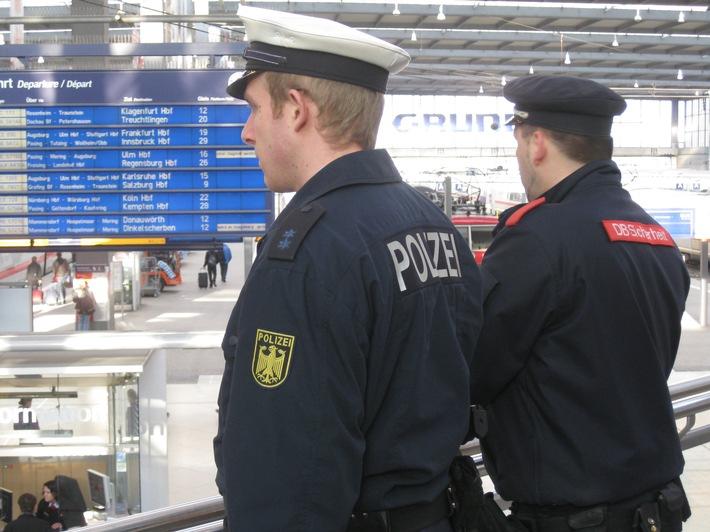 Bilder aus der S-Bahn-Videoüberwachung sollen helfen eine Streitigkeit unter Reisenden wegen Schuhen auf der Sitzbank mit anschließender strafrechtlicher Relevanz aufzuklären.