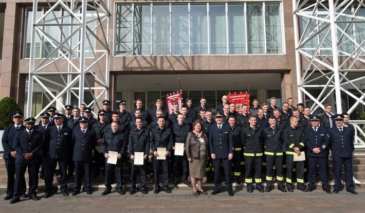 FW-DO: Feuerwehrleute erhalten Ernennungsurkunden
