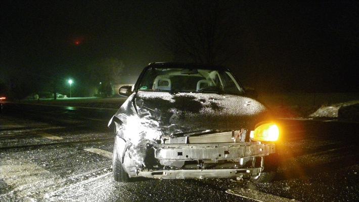 POL-DN: Entgegen kommendes Auto übersehen