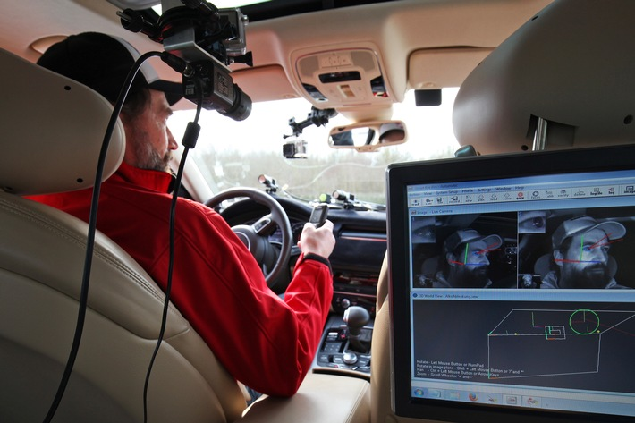 AUTO BILD-Servicetest: SMS-Tippen am Steuer birgt hohe Unfallrisiken