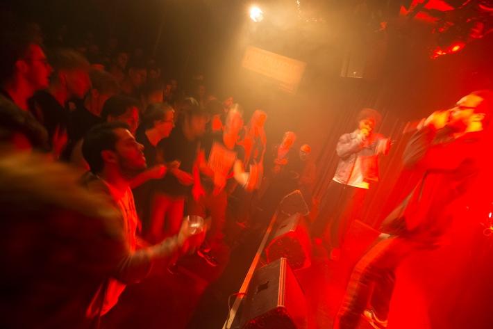 """Il Percento culturale Migros e la FONDATION SUISA lanciano """"Cheers!"""", la promozione dei club di musica / Nuovo canale di promozione: 50 000 franchi a favore dei club svizzeri di musica dal vivo"""