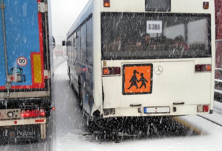 POL-PPWP: Überraschender Wintereinbruch macht Autofahrern zu schaffen