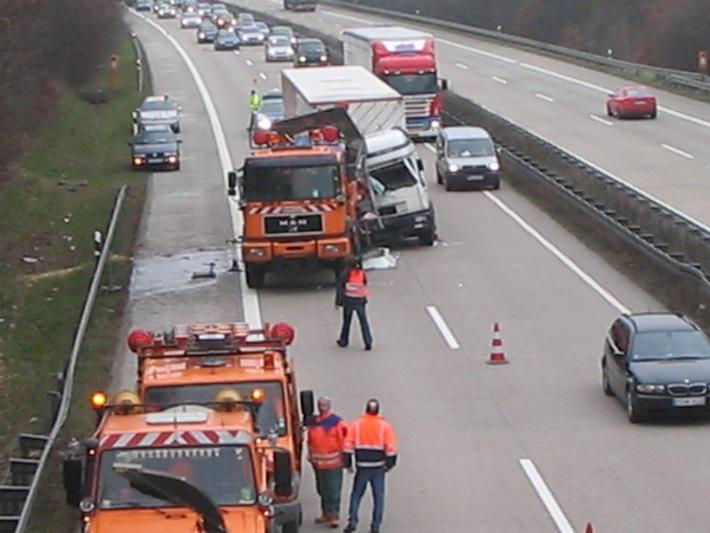 POL-HI: Verkehrsunfall auf BAB 7 - zwei leichtverletzte Personen nach Sekundenschlaf, hoher Sachschaden