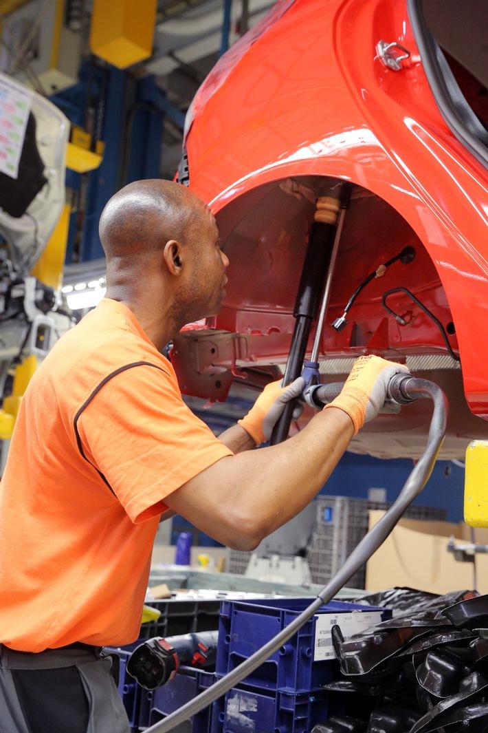 Arbeiten Hand in Hand dank Industrie 4.0: Ford in Köln setzt auf kollaborierende Roboter für zusätzliche Ergonomie