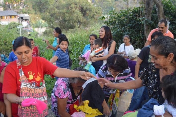 In Lateinamerika ist die soziale Ungleichheit mit am größten / Wie Jugendliche ein Lächeln in das Gesicht von Bedürftigen zaubern