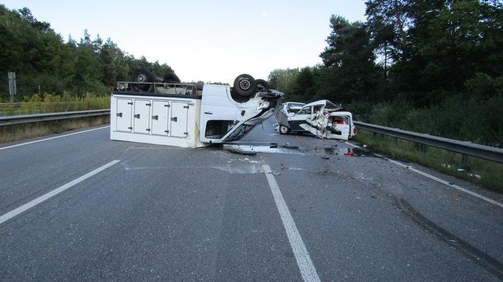 Klein-Lkw liegt nach Unfall auf dem Dach