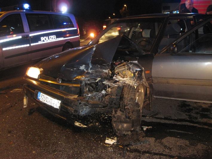 POL-SE: Bad Bramstedt: Zwei völlig zerstörte Fahrzeuge und drei leicht verletzte Personen bei Zusammenstoß im Lohstücker Weg