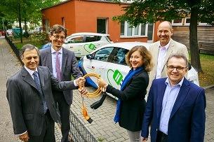 VdTÜV spendet sozialen Einrichtungen E-Fahrzeuge zum Projektabschluss