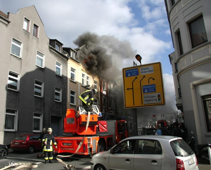 FW-E: Dachgeschosswohnung ausgebrannt, Mieter mit Rauchvergiftung im Krankenhaus