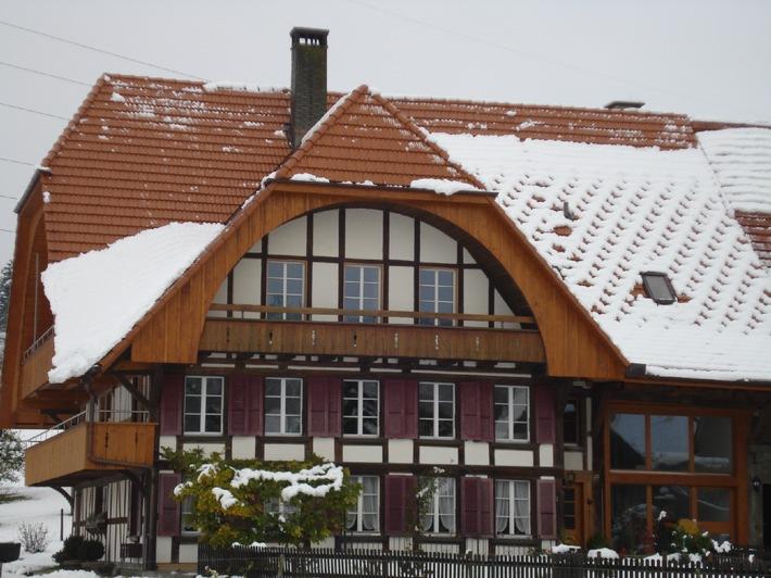 Mehr Sicherheit durch Schneehalter / Sicherheit geht vor! Das gilt insbesondere auch im Zusammenhang mit Schnee, der vom Dach abrutschen und so gefährlich werden kann