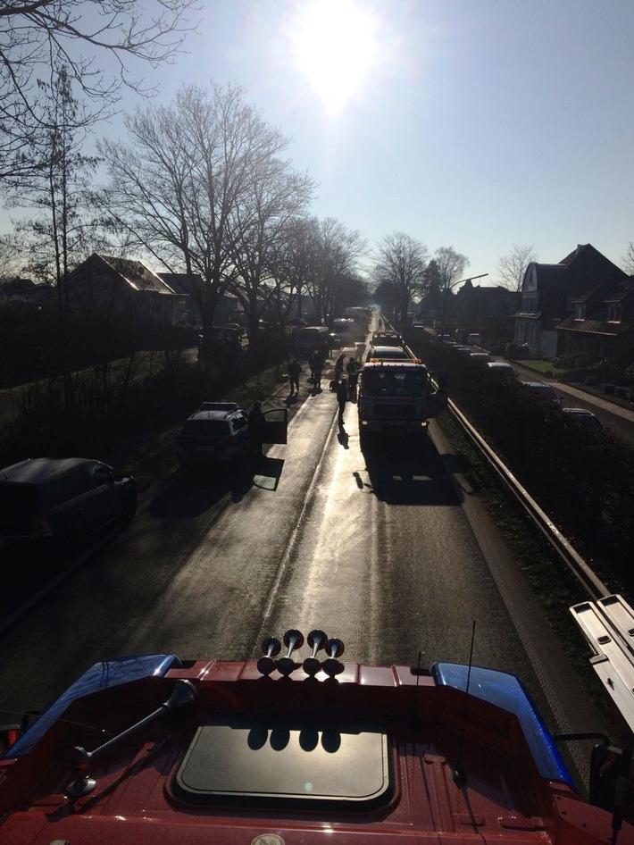 FW-KLE: Auffahrunfall und auslaufende Betriebsstoffe führten zur Sperrung der B9 (Gocher Landstraße)