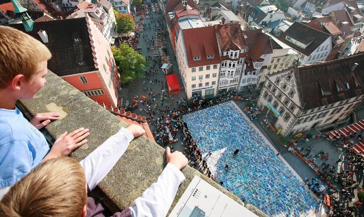 Guinnessrekord: Ravensburg ist Puzzleweltmeister und knackt das Millionenpuzzle / 15.000 Menschen setzen die 1.141.800 Teile der 600 Quadratmeter großen Fläche innerhalb von fünf Stunden zusammen
