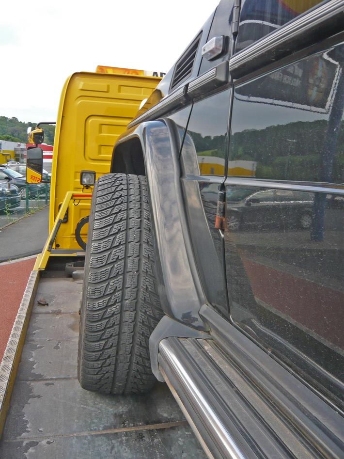 Das stark verschobene Fahrwerk am nicht mehr fahrbereiten Mercedes-Geländewagen