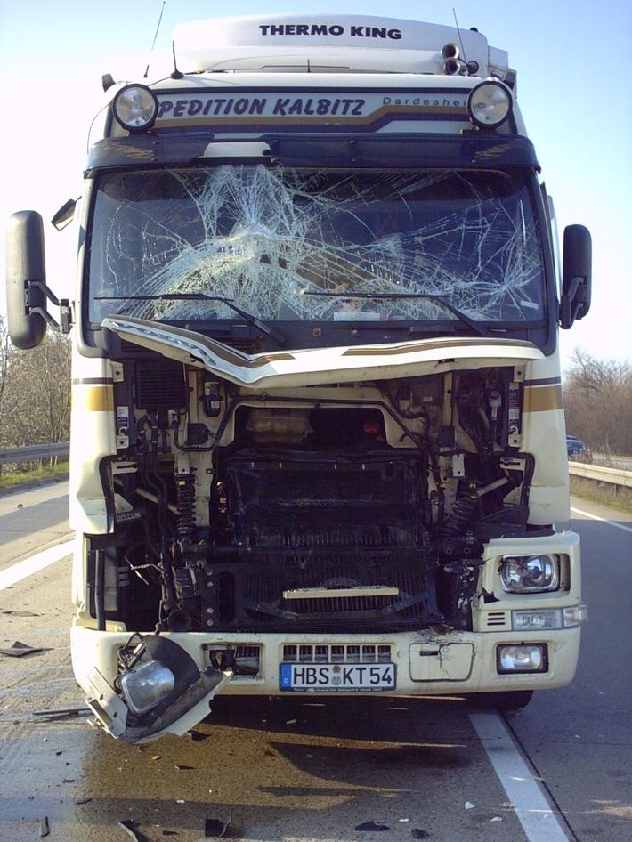 POL-HI: Sattelzugunfall mit zwei Leichtverletzten auf der BAB 7 -hoher Schaden-