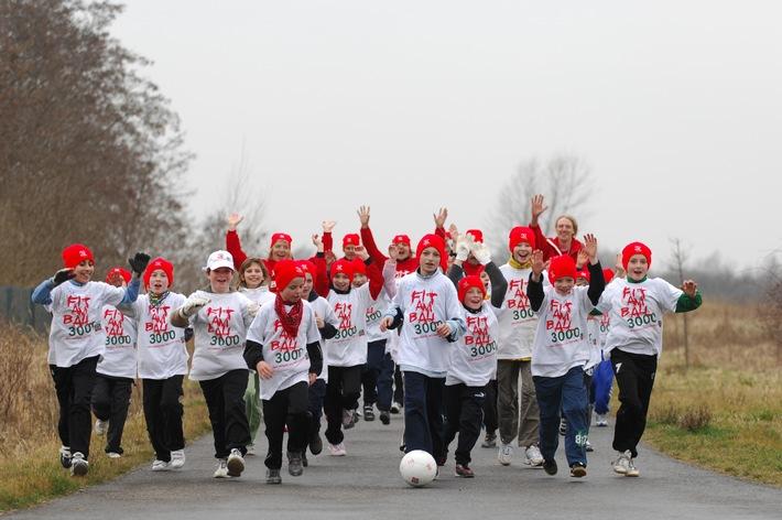 """Schüler-Staffel """"Fit am Ball 3000"""" schafft kurz vor Eröffnung der Fußball-EM Dribbel-Weltrekord!"""