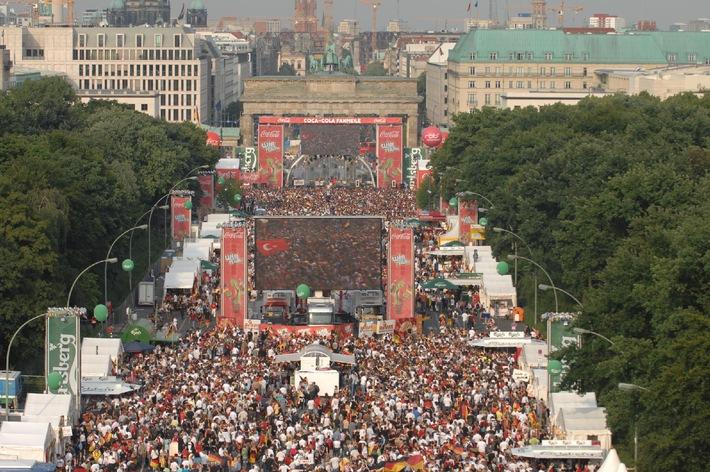 500.000 deutsche und türkische Fans feiern gemeinsam auf der  Coca-Cola Fanmeile in Berlin