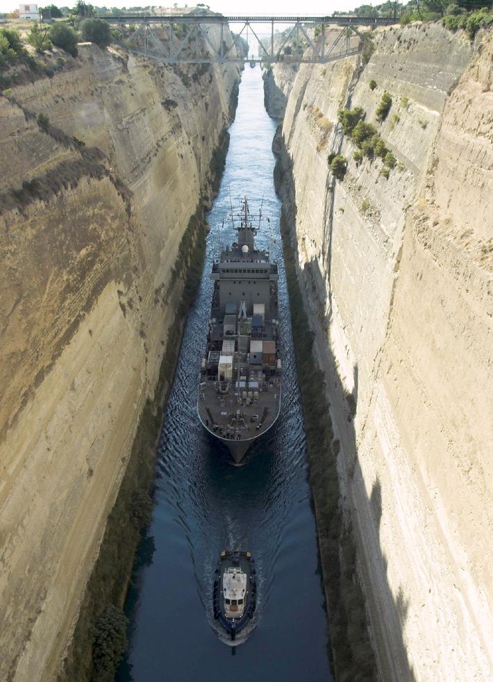 """Marine: Foto der Woche  Eine enge Angelegenheit - der Tendel """"Mosel"""" im Kanal von Korinth"""
