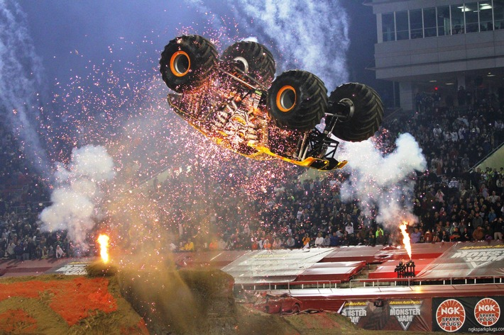 """MONSTER JAM® - Die deutsche Stadionpremiere der US-Kult-Motorshow setzt Highlight mit spektakulärem Weltrekordversuch für zweifachen Rückwärtssalto im Monster Truck, geprüft vom """"REKORD-INSTITUT für Deutschland"""" (RID)"""