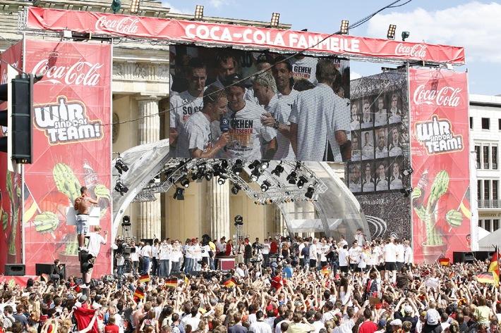 Fans feiern mit der Nationalmannschaft auf der Coca-Cola Fanmeile vor dem Brandenburger Tor