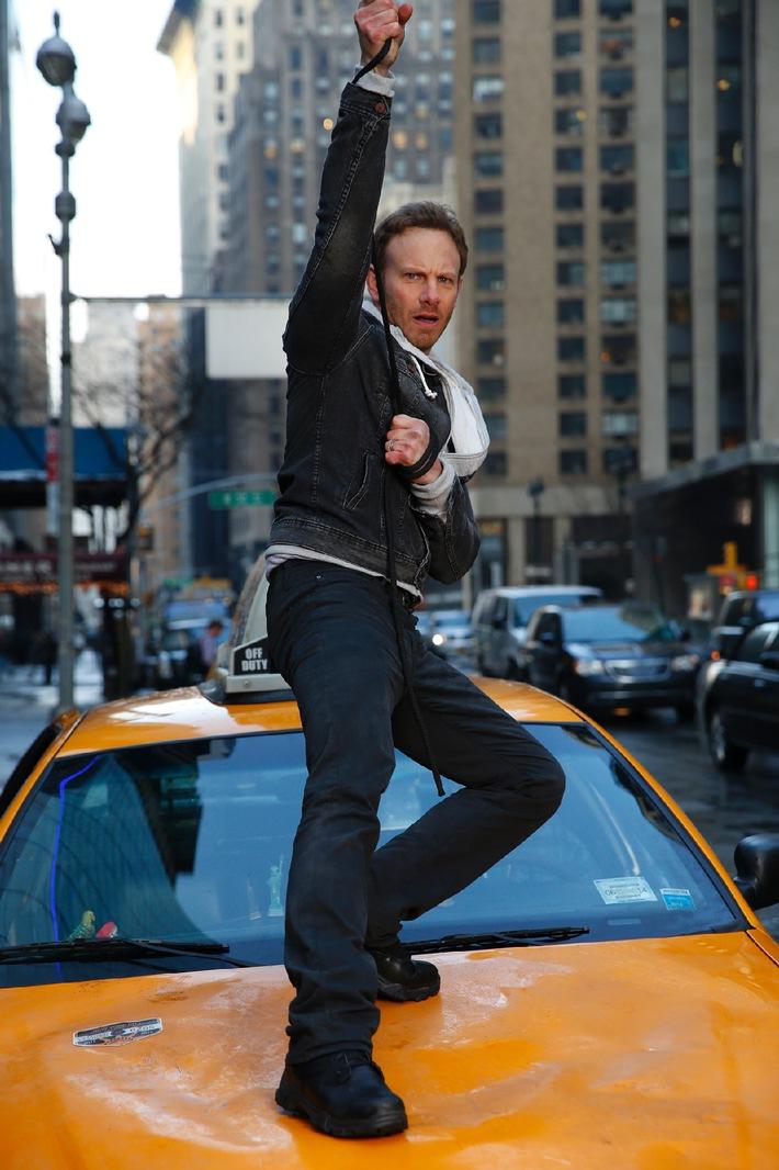 """""""Man steht nicht jeden Tag mit einer Kettensäge in Manhattan und brüllt 'Lasst uns ein paar Haie killen'!"""" / Ian Ziering im TELE 5-Interview über seine Hauptrolle in """"Sharknado 2"""""""