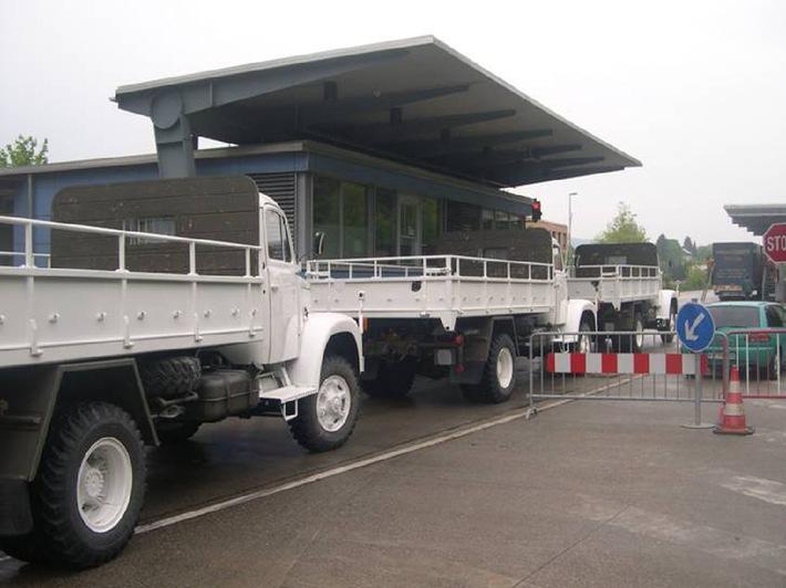 """Schweizer Lastwagen vom Typ Saurer 2DM kommen in Afghanistan zum Einsatz für das Bildungsprojekt """"House of Science"""" in Bamjyan"""