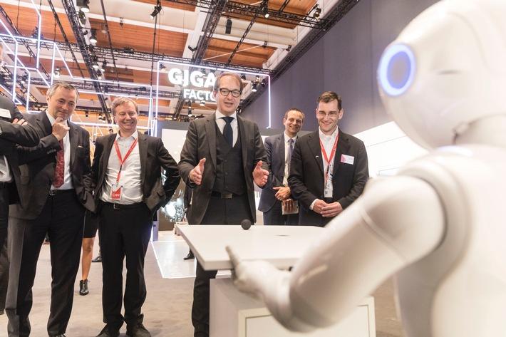 Mit 5G ins Echtzeitalter: Dobrindt spielt mit dem Echtzeit-Roboter