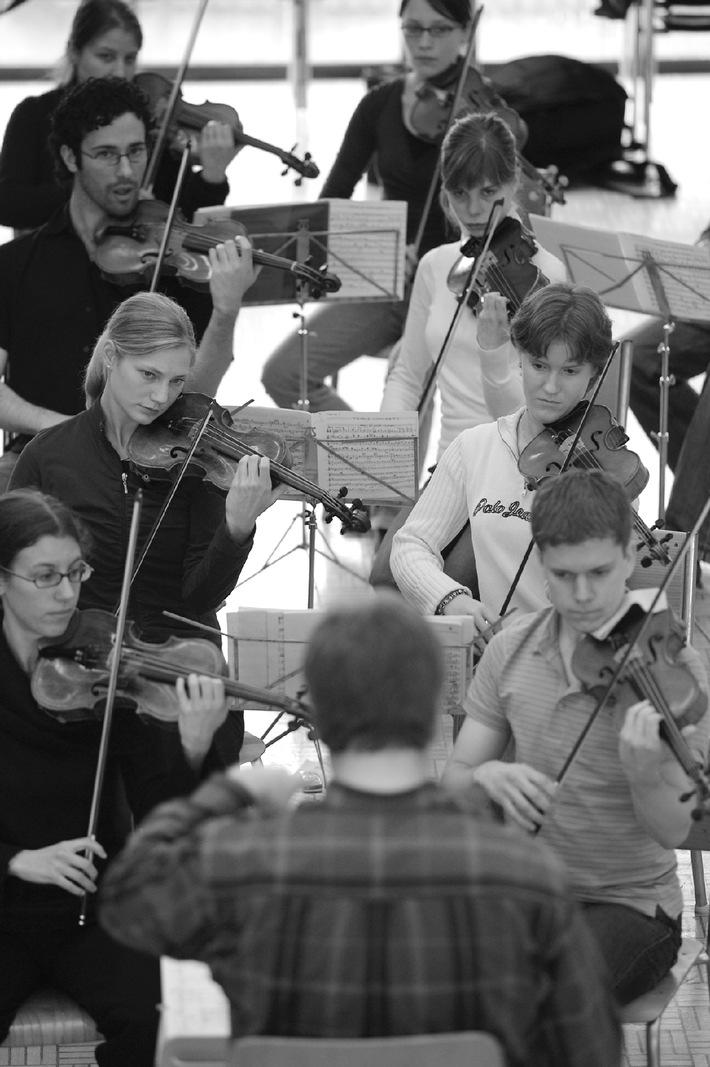 Schweizer Jugend-Sinfonie-Orchester auf Tournee mit Werken von Mahler und Schostakowitsch