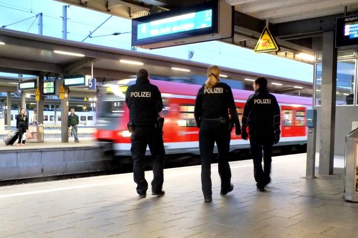 Ein 33-jähriger Bundespolizist wurde bei der zwangsweisen Durchsetzung eines Platzverweises am Münchner Ostbahnhof leicht velretzt.