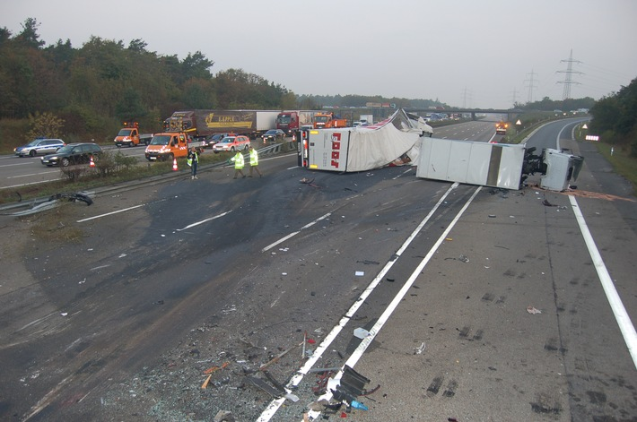 POL-DA: Autobahn A5/Darmstädter Kreuz -Nachmeldung und Berichtigung -Folgenschwerer LKW-Unfall - zwei Personen schwer verletzt - 500tausend Euro Schaden -