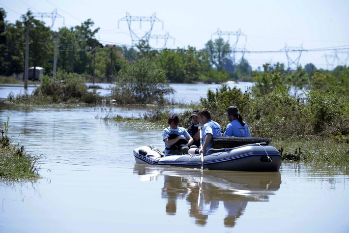 Flutkatastrophe am Balkan: VIER PFOTEN Notfallteams versorgen notleidende Nutz- und Heimtiere / 20 erfahrene Tierärzte und Logistiker in stark betroffener Stadt Obrenovac aktiv