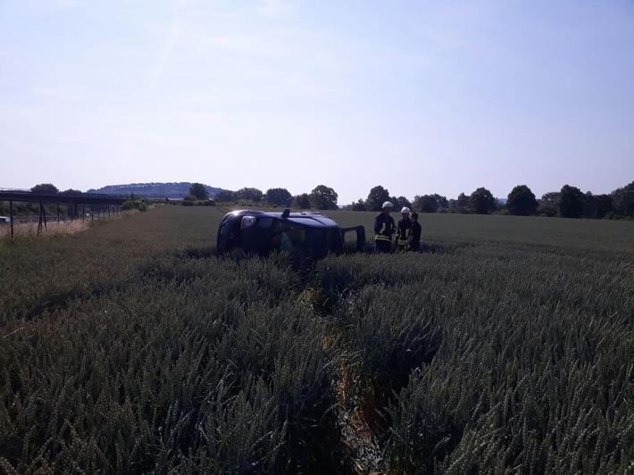 Pkw nach Unfall auf eienm Feld