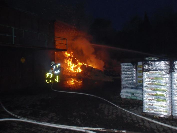FW-BOT: Brand einer Lagerhalle in voller Ausdehnung