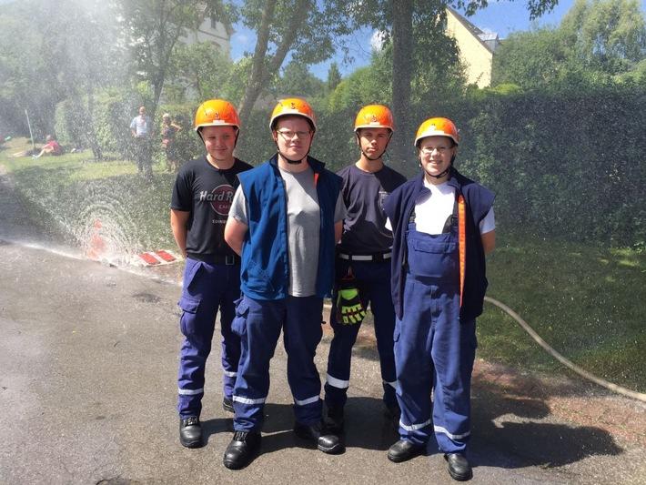Vier Mitglieder der JF Sprockhövel vor dem Hydroschild.