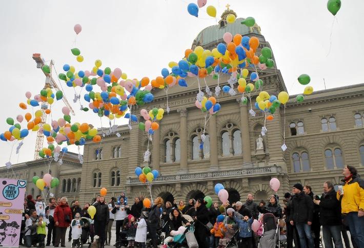 Pro Juventute will die 18-35-Jährigen an die Urne bringen - Auf dem Bundesplatz fordern Eltern und Kindern mit Hunderten von Ballonen ein 'Ja zur Familie'