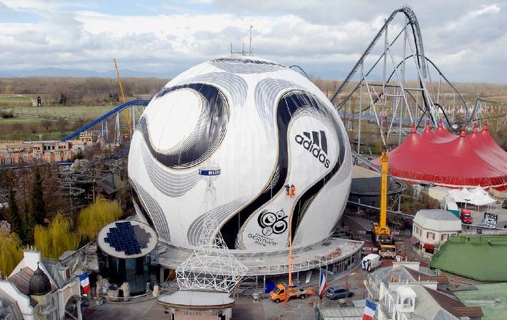 Der grösste Fussball der Welt: Luzerner Textilkonfektionär international im Gespräch