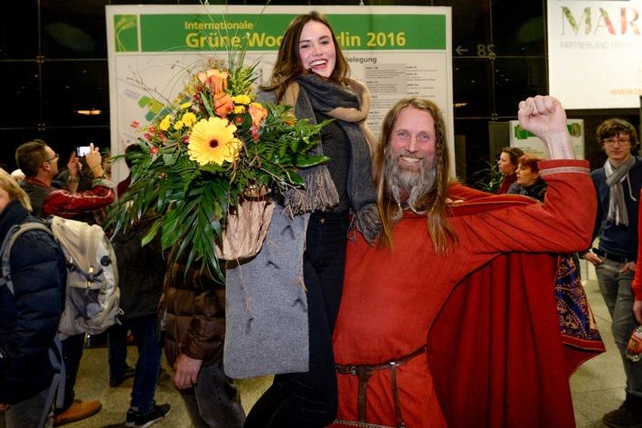 Grüne Woche 2016: 300.000. Besucherin auf den Arm genommen