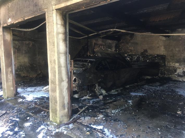 FW Lage: Fahrzeugbrand in 3fach Garage - 27.05.2017