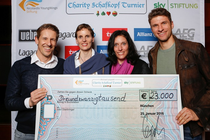 """Schafkopfen für den guten Zweck: Charity-Turnier sammelt 23.000 Euro / gespielt wurde zugunsten der """"Nicolaidis YoungWings Stiftung"""" und der """"Sky Stiftung"""" / Thomas Müller nahm den Scheck entgegen"""