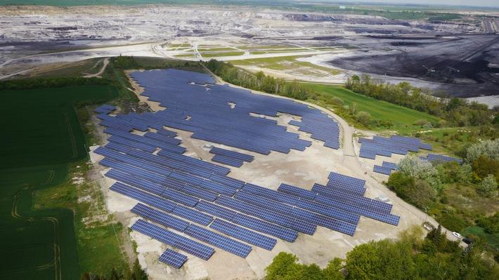 Als EPC-Anbieter etabliert: E.ON setzt Solaranlagen in Eigenregie schlüsselfertig um / E.ON hat in Deutschland zahlreiche Solaranlagen realisiert, darunter auch den Solarpark Draschwitz mit 5,2 Megawattpeak. Luftaufnahme; Drohne; Photovoltaik; PV; Erneuerbare; Sachsen-Anhalt; Solarmodule; Strom; grün; Sonne; Solarenergie. Das Foto kann für redaktionelle Zwecke unter Angabe der Quelle kostenfrei verwendet werden. Weiterer Text über ots und www.presseportal.de/nr/109984 / Veröffentlichung bitte unter Quellenangabe: 'obs/Tim Meyer/E.ON'
