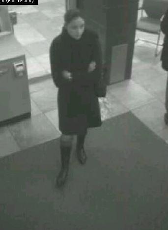 POL-HI: Wer kennt diese Frau ? Polizei Hildesheim sucht nach Scheckkartendiebin