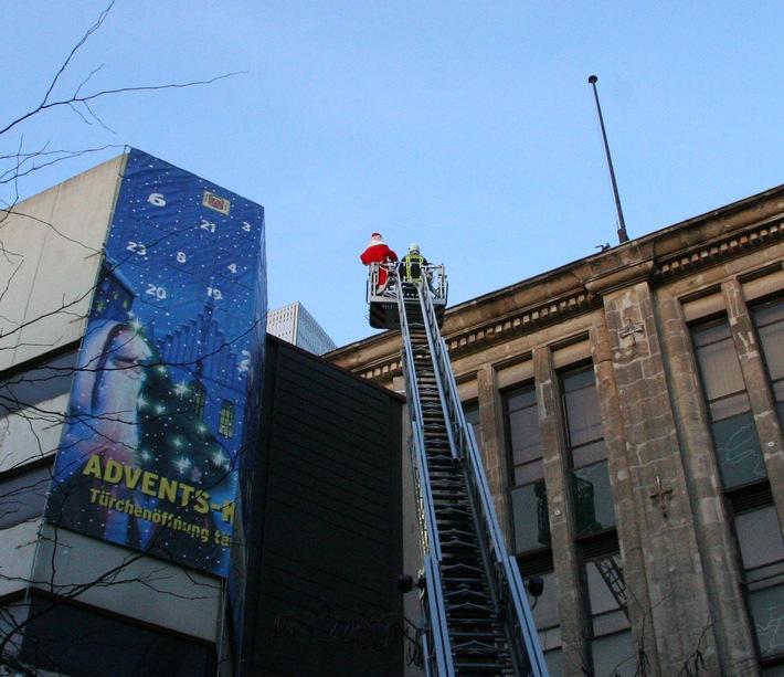 FW-E: Feuerwehr hilft dem Nikolaus in die Höhe