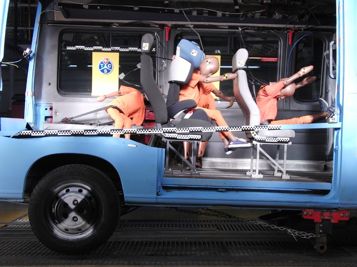 Transport d'enfants : les banquettes longitudinales sont dangereuses