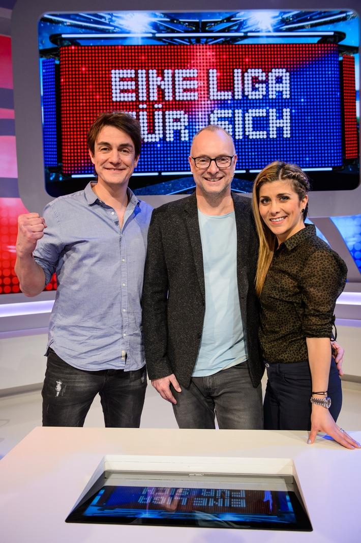 """In bester Gesellschaft: Frank Buschmann, Bastian Pastewka, Dwayne """"The Rock"""" Johnson und Téa Leoni im August auf Sky 1"""