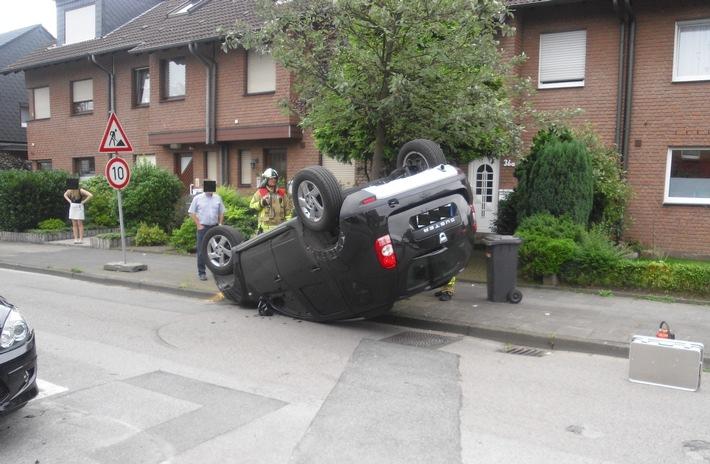 FW-BOT: Verkehrsunfall; PKW liegt auf dem Dach