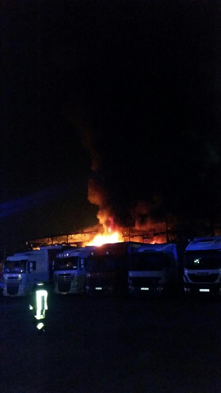 FW-E: Brennt Lagerhalle