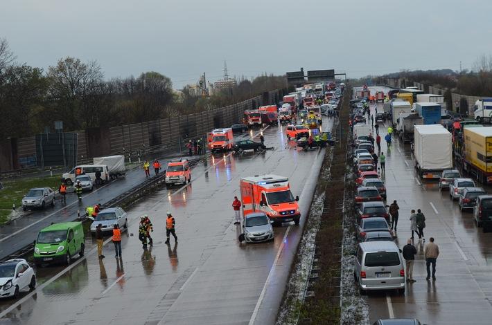 POL-HI: Vollsperrung der BAB 7 in Höhe Hildesheim nach Massenunfall mit 28 beteiligten Fahrzeugen