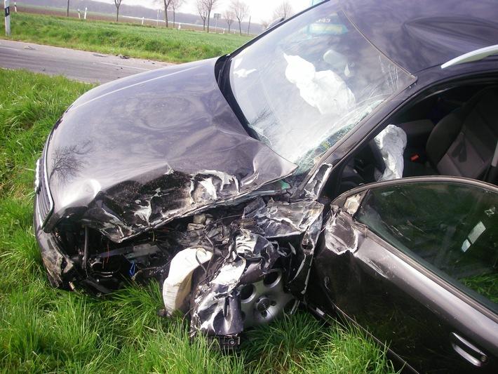 POL-DN: Schwer verletzt durch Ersthelfer aus dem Auto geborgen
