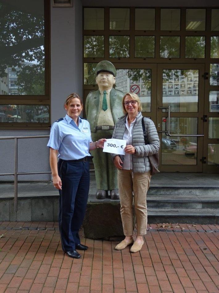 Spendenübergabe: Dorothea Gellenbeck (l.), Leiterin der Polizeiinspektion Witten, übergibt Ulrike Merk vom Kinderhospizverein 300 Euro.