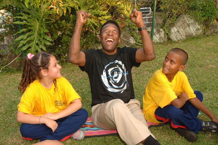 Gehörlose Kinder kicken mit Pelé