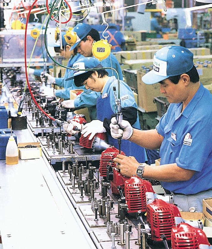 Innovation technique japonaise dans le domaine des moteurs à deux temps: consommation plus économique et moins d'émissions.